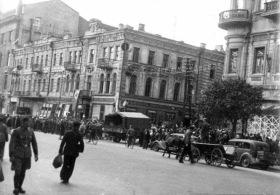 1941.09.21. Угол Крещатика и ул. Свердлова (сейчас Прорезная).