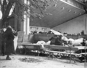 1941 год, Киев, погорельцы в летнем театре Мариинского парка